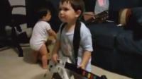 Youtube上两岁小男孩的表演,背景音乐真给力