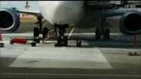 【快点资讯】实拍 哈萨克斯坦一架737客机维护时起火