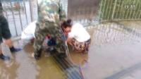 女童腿夹下水道 消防员扩张救援