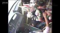 【搜视点】后门上车被车门夹 男子怒打公交司机