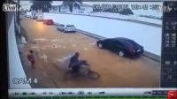 【搜视点】太无耻了!两男子抢小孩自行车