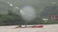 贵州松桃特大暴雨 女子被困洪水爬房顶逃命 消防员冒死营救