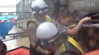 贵州松桃洪灾 消防员转移人员