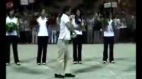 网友模仿迈克尔杰克逊的舞步加些自创劈雳舞