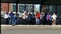 马路旁边的舞蹈阵容