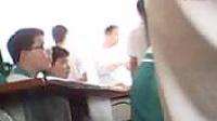 老师用竹子打学生手板,被打学生的手板肿了_标清