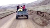 骑行新藏线,Z717县道。波波和丹丹搭拖拉机。我们后面追