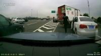 监控实拍:太缺德!高速一MINI突然变道 后方货车急刹险侧翻...恐怖