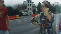 监控实拍:女司机路中央突然刹车 结果杯具了...
