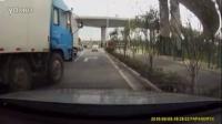 监控实拍:两大货车斗气 没见过吧 太恐怖了...