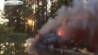 监控实拍:二货司机驾车穿过火海 弃车跳湖逃生...