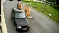 女人VS停车亭栏杆_标清