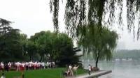 在优美的世纪公园漫步行走
