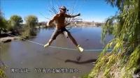 胆小者慎点!实拍美国男子鳄鱼池上空表演走扁带