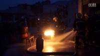 民房起火 抱火哥抢出喷火液化气罐