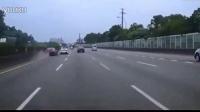 疯狂的代价!法拉利违规超车 致GTR失控追尾