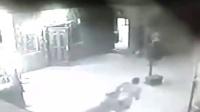 【发现最热视频】站着别动都是骗人的!实拍男子被狮子咬