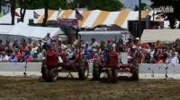 拖拉机也能跳舞 美国小镇拖拉机广场舞表演