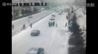 监拍轿车雪天失控 撞倒4位行人