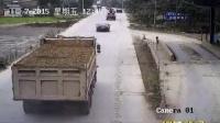 超限超载货车冲卡引发交通事故