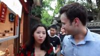 老餐体验中国美食-在成都与当地女孩吃担担面和臭豆腐