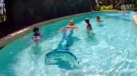和孩子在美丽的美人鱼梅丽莎游泳胜地懒惰河池