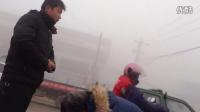 大雾笼罩两电动车碰撞,一女子受伤严重