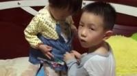 哥哥帮妹妹扣衣服