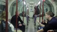 英国女子地铁上当众哺乳 试探众人真实反应
