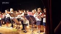 四岁女孩和同学的小提琴演奏