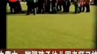 【幼儿园女老师挨个脚踢小朋友 同事称是为让孩子热身】近日,网爆内蒙古鄂尔多斯伊旗|新闻晨报