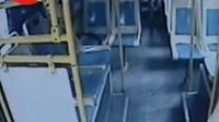【一男子在公交车上吸烟,司机劝阻竟遭狂殴!】日前,常熟一辆公交车上,司机张师傅发|新闻晨报