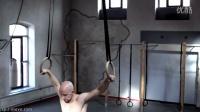 德国健身兄弟教程——做俯卧撑时要注意下压胸部、肩膀和肱三头肌
