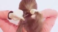 这个发型比较简单,其实就是两股扭辫,一边细一边粗