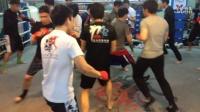 拳擊步法練習!要留意周圍環境。隨時改變方向以避開穿梭的人。