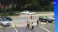[悲剧]男子抢劫后狂奔遭小车撞飞