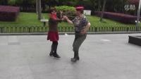 老兵在中山公园跳水兵舞