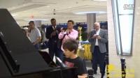 钢琴男孩的机场疯狂弹奏 气氛太炸裂!