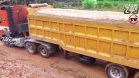 互帮互助 挖掘机帮助满载卡车上泥坡