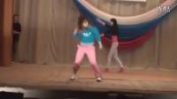 """比武啦!舞台上两美女斗舞升级为斗""""武""""。"""