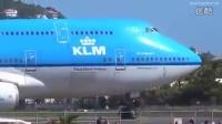 747起飞时还在飞机的后面拍摄 是不是傻??