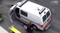酒醉女警车旁撒野被拖进警车[高清版]