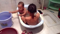trim.pjWNBY.MOV两个宝宝洗澡-亲子