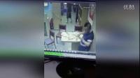 吓人!监拍店员被老板掌掴 掏出菜刀对其狂砍报复