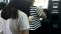 微信小视频:实拍排队的长发披肩美女背影