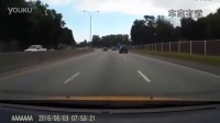 轿跑被挑衅后 瞬间提速横穿车流  结局太悲惨