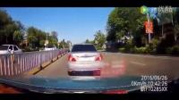 实拍出租车一分钟内被别8次 司机发怒加速猛撞小车
