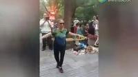 老太太年轻时一定是夜店女王 广场舞跳的老霸道了。