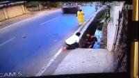 惊险!开车这样变道最终导致摩托车一死一伤