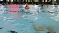 孙新教练指导3个孩子学游泳